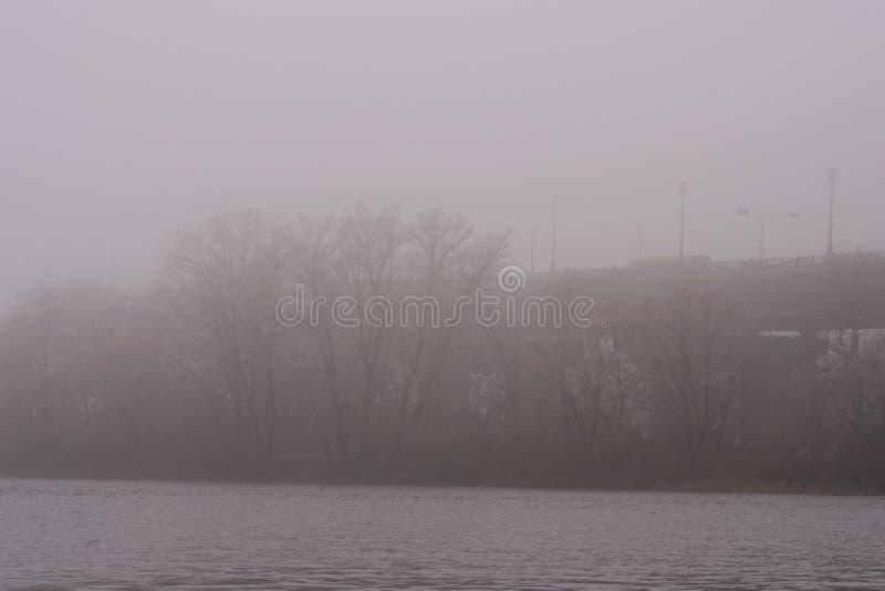 Arquitetura da cidade nevoenta bonita da manhã Ponte de Paton na névoa rica, fundo da névoa Paisagem da manhã do inverno Kyiv ucr fotos de stock royalty free