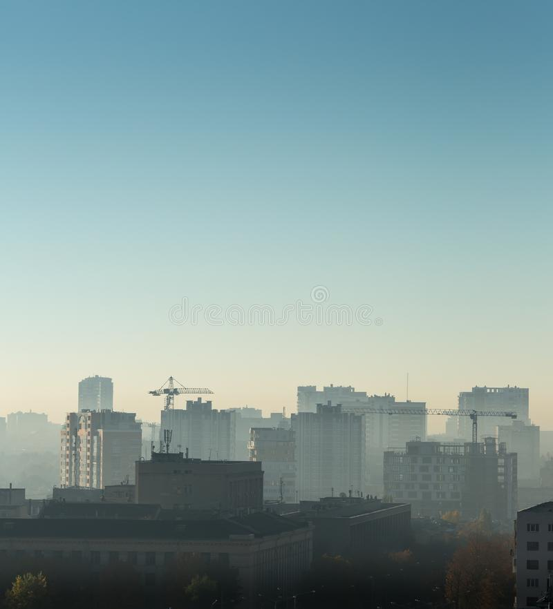 Arquitetura da cidade no nascer do sol, telhados da construção, opinião do pássaro imagens de stock royalty free