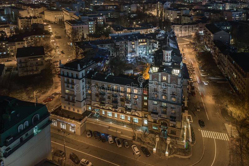 Arquitetura da cidade da noite com prédios em Kyiv em Ucrânia fotografia de stock