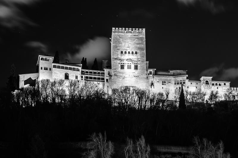 Arquitetura da cidade da noite de Granada, Espanha, com a opinião de Alhambra Palace imagem de stock