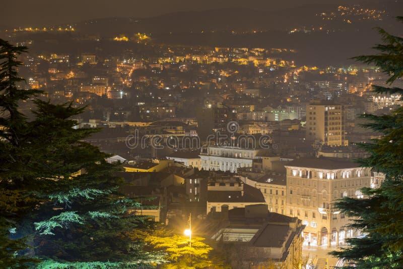 Arquitetura da cidade da noite de Trieste fotografia de stock royalty free