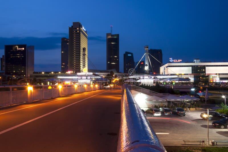 Arquitetura da cidade da noite do negócio do centro em Vilnius Lituânia imagens de stock royalty free