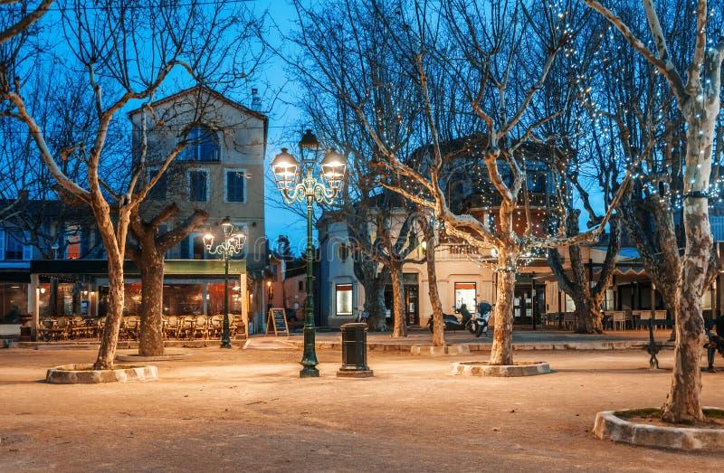 Arquitetura da cidade da noite, iluminação da árvore, luzes e bancos bonitos imagens de stock