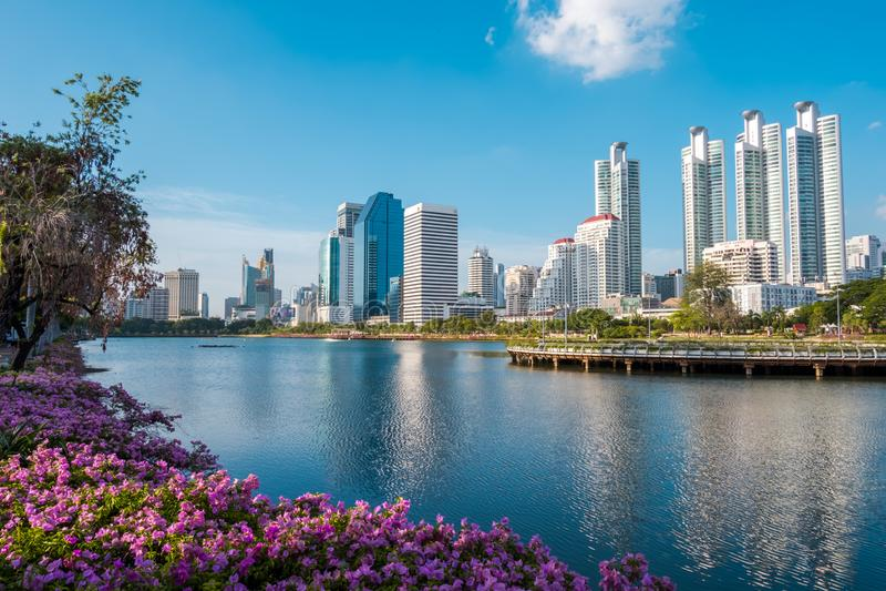 Arquitetura da cidade, paisagem ou construções altas da elevação vista do parque de Benjakiti em Banguecoque, Tailândia fotos de stock royalty free