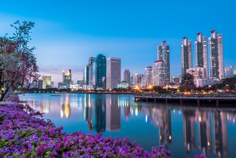 Arquitetura da cidade, paisagem ou construções altas da elevação vista do parque de Benjakiti em Banguecoque, Tailândia imagem de stock royalty free