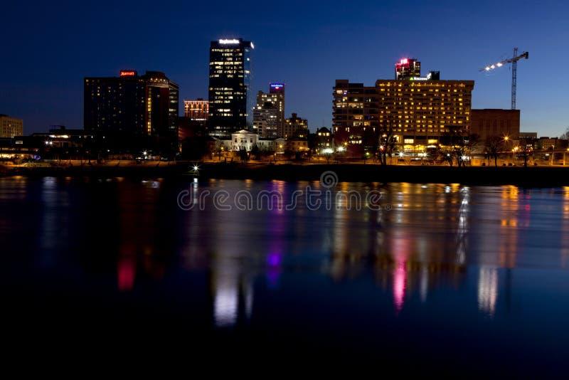 Arquitetura da cidade panorâmico da noite de Little Rock, Arkansas, através do Arkansas River imagem de stock