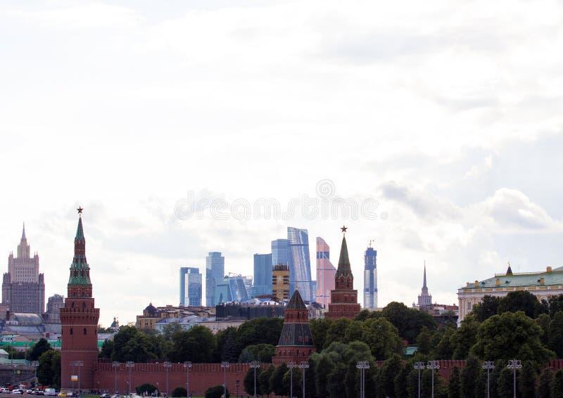 Arquitetura da cidade panorâmico de Moscou Silhuetas de construções de Moscou no fundo do céu da noite Kremlin no fundo da cidade imagens de stock