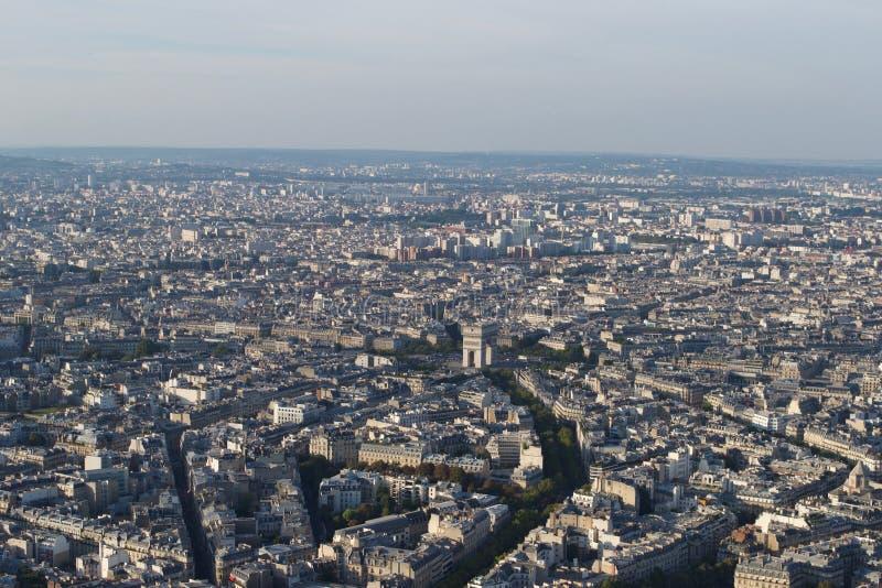 Arquitetura da cidade - Paris França visto de cima em um dia ensolarado Arc de Triomphe visível fotos de stock