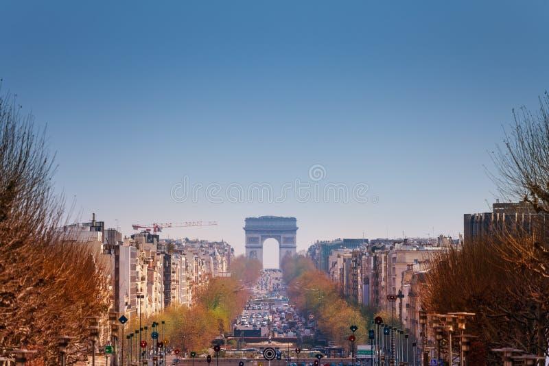 Arquitetura da cidade parisiense com o arco triunfal na mola imagem de stock