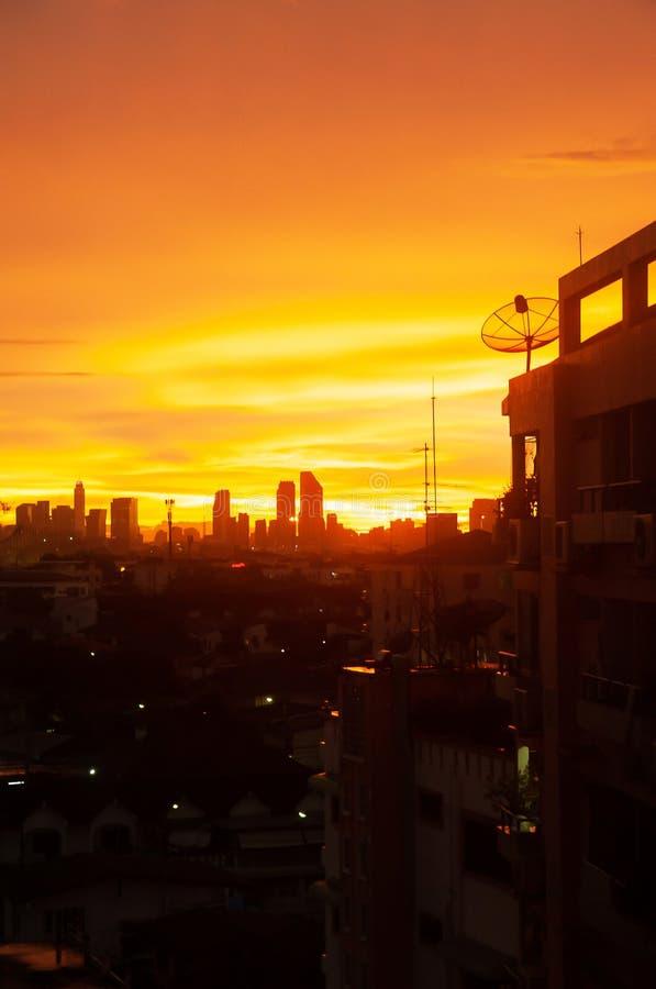 Arquitetura da cidade pelo por do sol, ideia superior da área urbana no crepúsculo, cores fantásticas do céu, antena parabólica n fotografia de stock royalty free