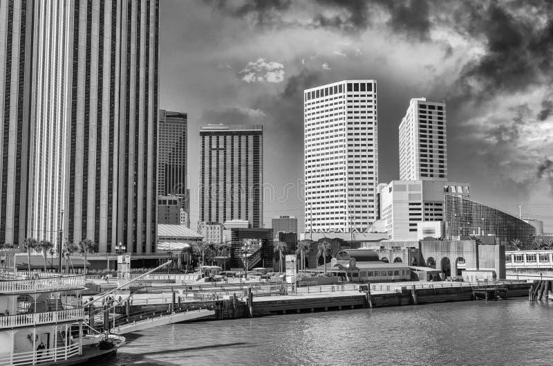 Arquitetura da cidade preto e branco de Nova Orleães, Louisiana fotos de stock