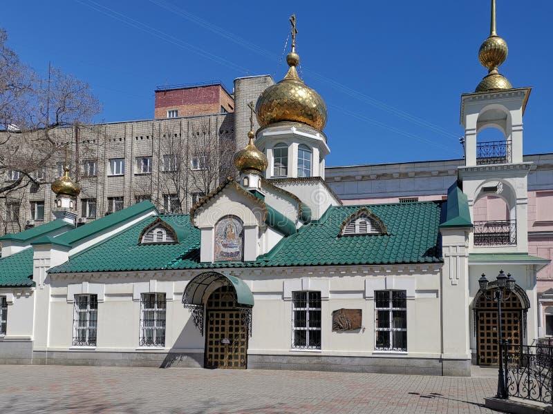 Arquitetura da cidade que negligencia a construção da igreja da suposição imagem de stock
