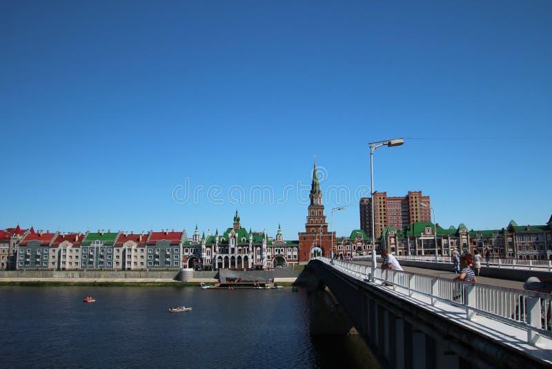 Arquitetura da cidade que negligencia a terraplenagem de Bruges e a ponte no Yoshkar-ola fotografia de stock royalty free