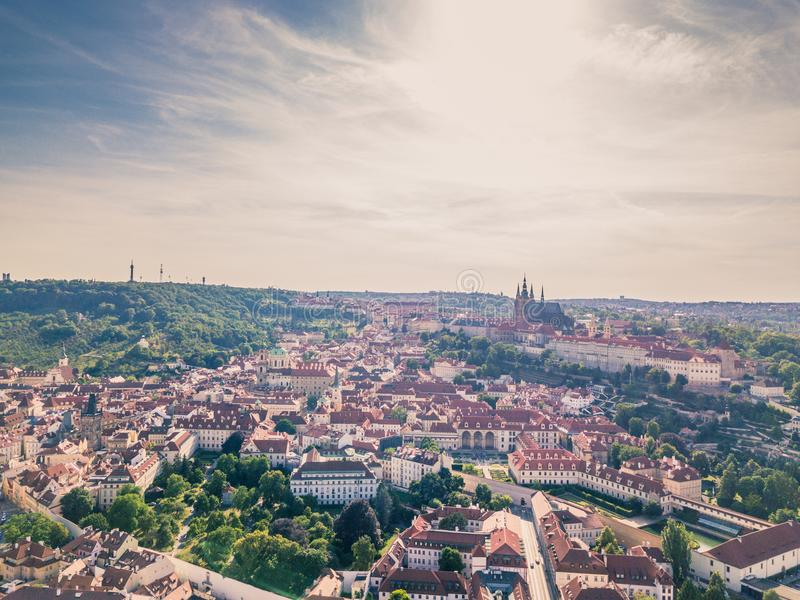 A arquitetura da cidade regional de Praga Mala Strana e Prague's fortificam imagens de stock