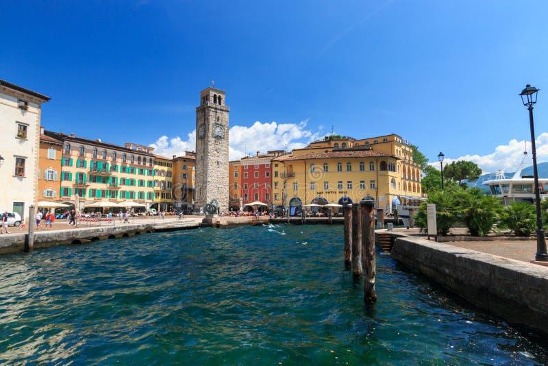 Arquitetura da cidade Riva del Garda, Itália imagem de stock