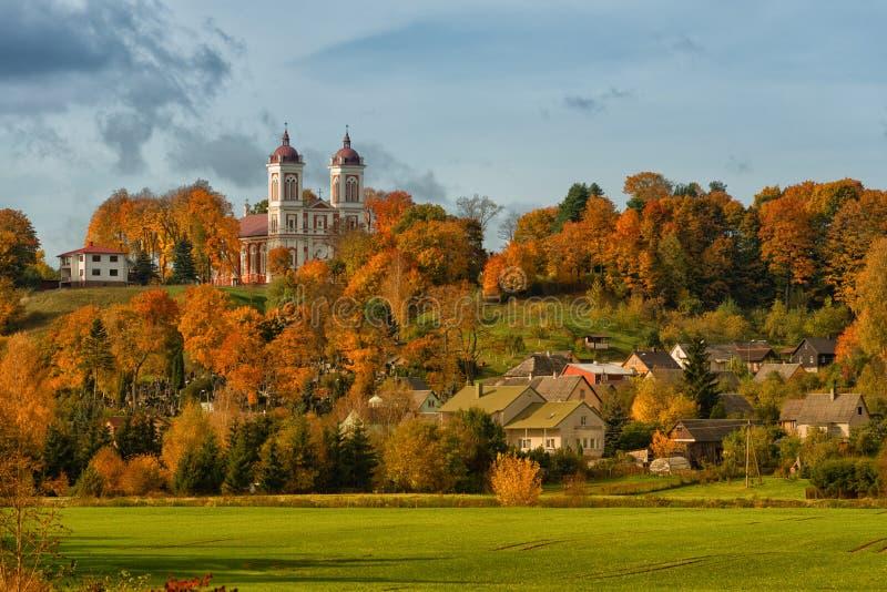 Arquitetura da cidade Seredzius Lituânia do outono foto de stock royalty free