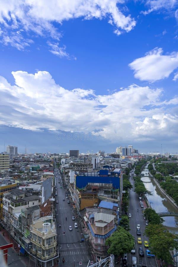 a arquitetura da cidade da skyline da cidade de Banguecoque com fundo do céu azul, cidade de Banguecoque é metrópole moderna de T imagens de stock royalty free