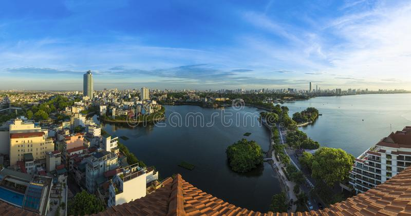 Arquitetura da cidade da skyline de Hanoi no período crepuscular Opinião aérea do lago ocidental foto de stock