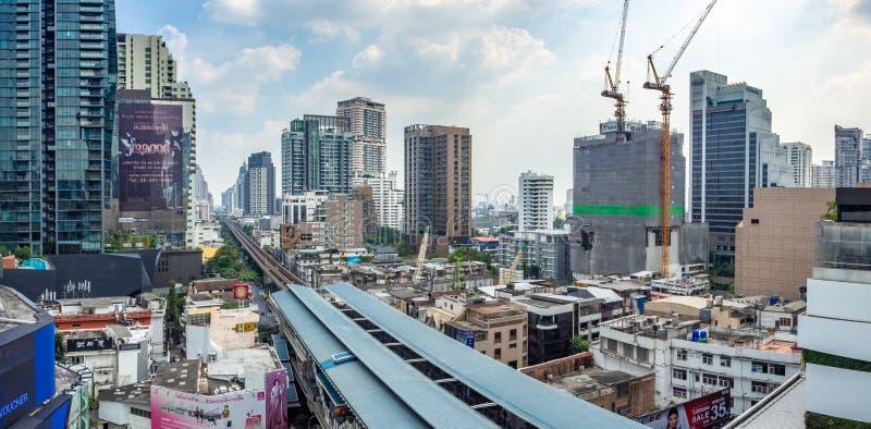 Arquitetura da cidade sobre o trilho do skytrain do BTS foto de stock royalty free