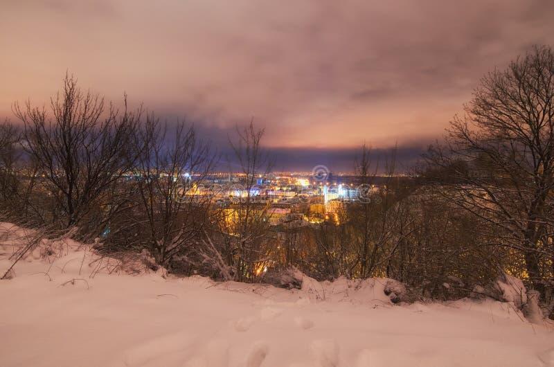Arquitetura da cidade surpreendente da noite do distrito de PodilPodol no inverno imagem de stock
