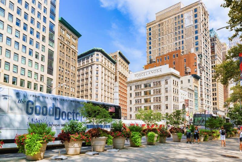 Arquitetura da cidade urbana de New York Rua de Broadway, carros, povos e fotografia de stock