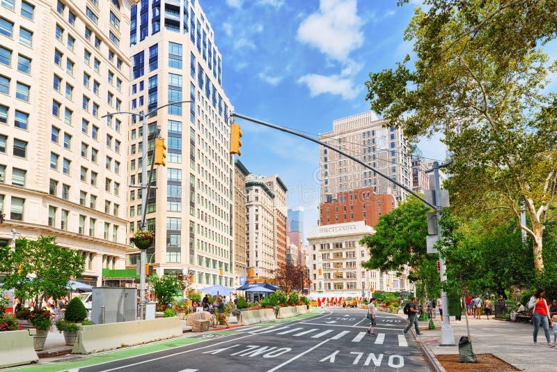 Arquitetura da cidade urbana de New York Rua de Broadway, carros, povos e fotografia de stock royalty free
