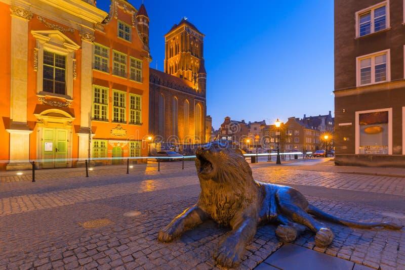 Arquitetura da cidade velha de Gdansk com as estátuas de bronze dos leões - emblema da cidade, Polônia fotografia de stock