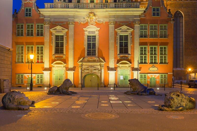 Arquitetura da cidade velha de Gdansk com as estátuas de bronze dos leões - emblema da cidade, Polônia fotos de stock