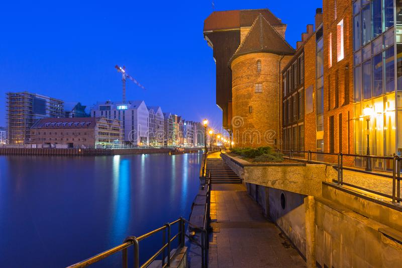 Arquitetura da cidade velha de Gdansk com o guindaste histórico no rio de Motlawa, Polônia fotografia de stock royalty free