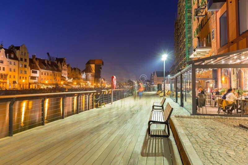 Arquitetura da cidade velha de Gdansk com o guindaste histórico no rio de Motlawa, Polônia foto de stock