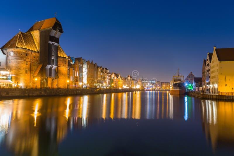 Arquitetura da cidade velha de Gdansk com o guindaste histórico no rio de Motlawa, Polônia imagem de stock royalty free