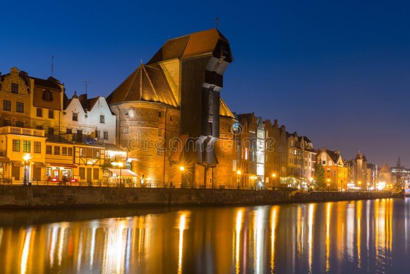 Arquitetura da cidade velha de Gdansk com o guindaste histórico no rio de Motlawa, Polônia foto de stock royalty free
