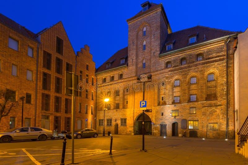Arquitetura da cidade velha de Gdansk com o guindaste portuário histórico no crepúsculo, Polônia fotografia de stock