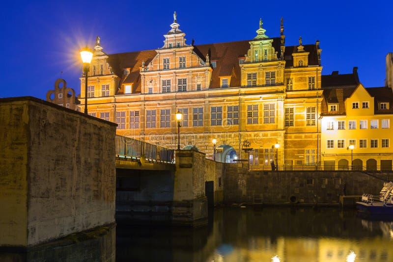 Arquitetura da cidade velha de Gdansk no rio de Motlawa, Polônia fotos de stock royalty free