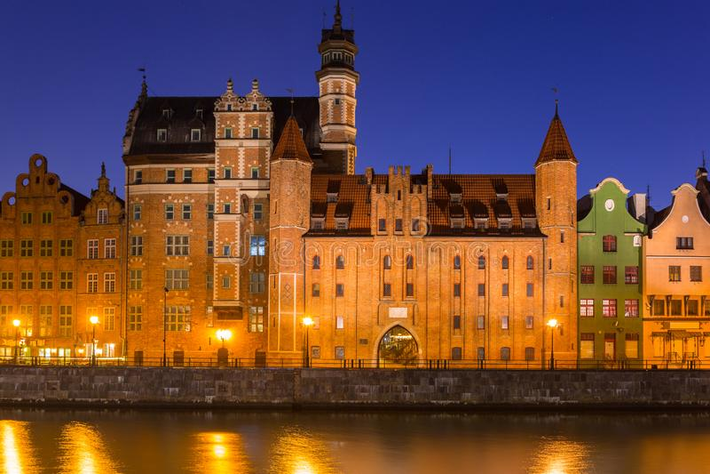 Arquitetura da cidade velha de Gdansk no rio de Motlawa, Polônia imagem de stock