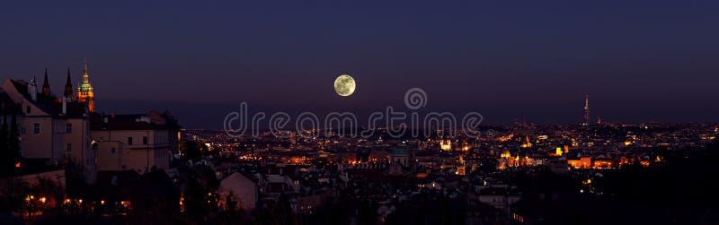 Arquitetura da cidade velha da noite da cidade de Praga com Lua cheia fotografia de stock royalty free