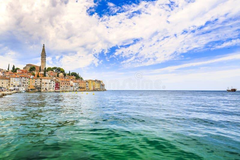Arquitetura da cidade da vila turística de Rovinj no mar de adriático Istria, Croácia imagens de stock