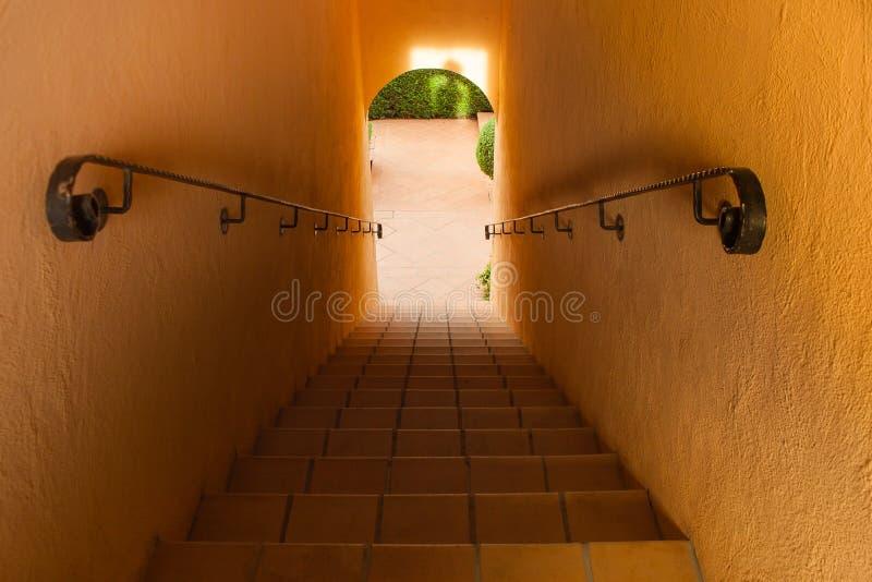 Arquitetura da vista superior da escadaria concreta com corrimão de aço para dentro da construção foto de stock