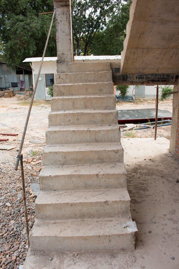 Arquitetura das escadas inacabado no porão foto de stock