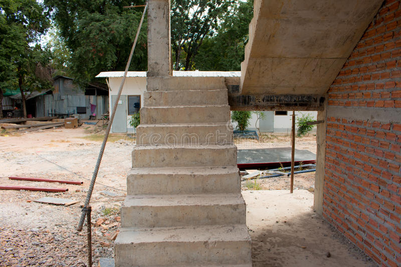 Arquitetura das escadas inacabado no porão fotografia de stock royalty free