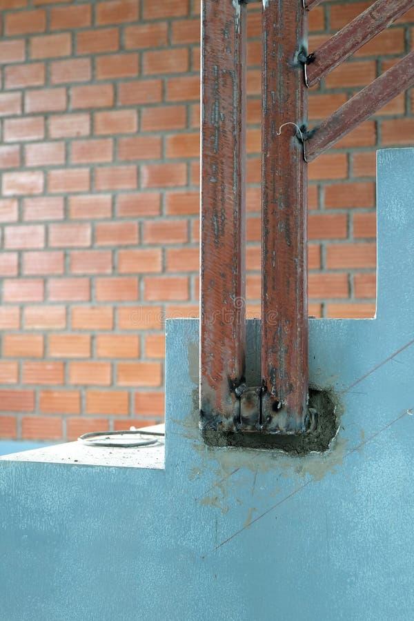 Arquitetura das escadas inacabado no porão Stai do concreto do cimento foto de stock royalty free