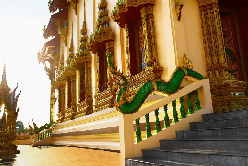 Arquitetura de Ásia Dragon Sculpture In Buddhist Temp oriental foto de stock royalty free