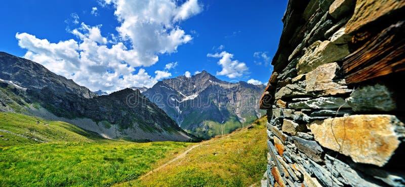 Arquitetura de Alpien, alvenaria de pedra na montanha o Vale de Aosta fotografia de stock