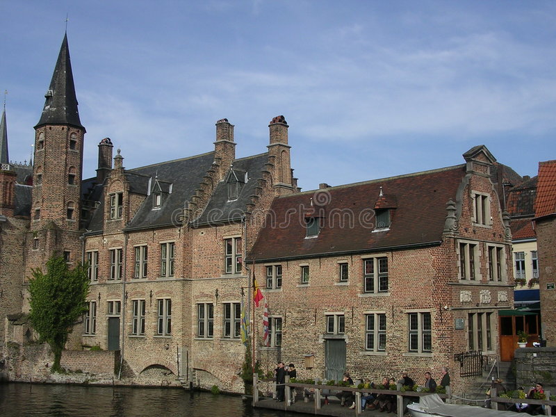Arquitetura de Bruges, pelo canal. imagem de stock