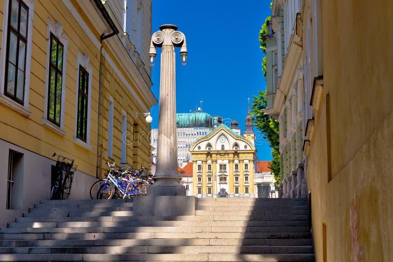 Arquitetura de Ljubljana e igreja da trindade santamente fotografia de stock