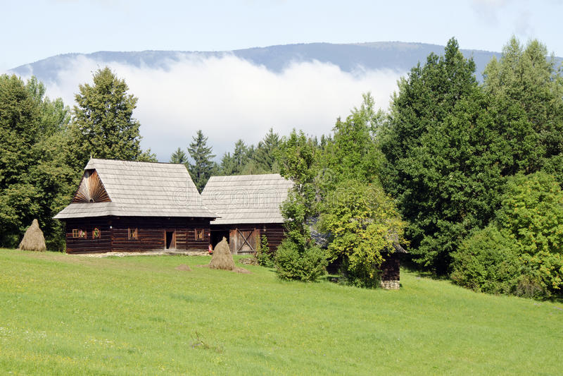 A arquitetura de madeira da região de Kysuce foto de stock