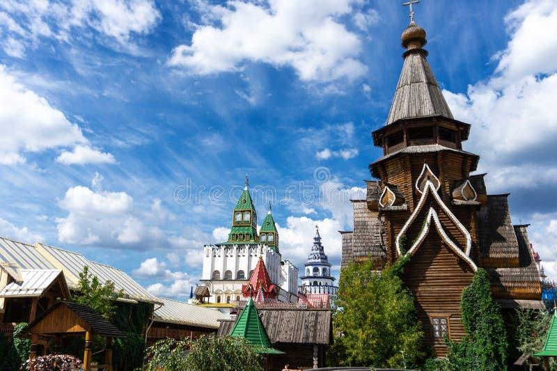 Arquitetura de madeira do russo idoso da igreja dentro do Kremlin de Izmaylovsky em Moscou imagens de stock