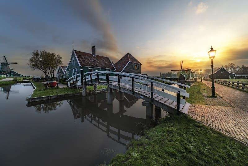 Arquitetura de madeira holandesa t?pica das casas de Beaucoutif espelhada sobre foto de stock royalty free