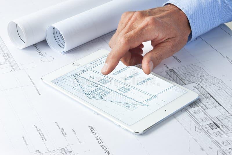 Arquitetura de negócio da tabuleta do computador imagens de stock