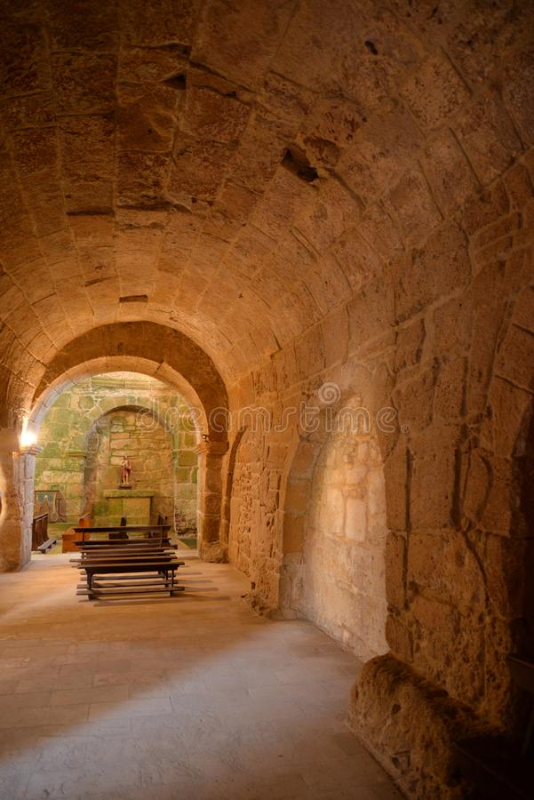 Arquitetura de pedra velha da igreja do romanesque em Sardinia, Itália imagens de stock royalty free